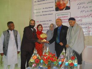 Muslim Saleem giving away medal of excellence to Dr. Shahzad Rivzi, Washington at Bhopal in December 2013. مسلم سلیم ڈاکٹر شہزاد رضوی ، واشنگٹن کو ایوارڈ دیتے ہوئے۔بھوپال دسمبر2013