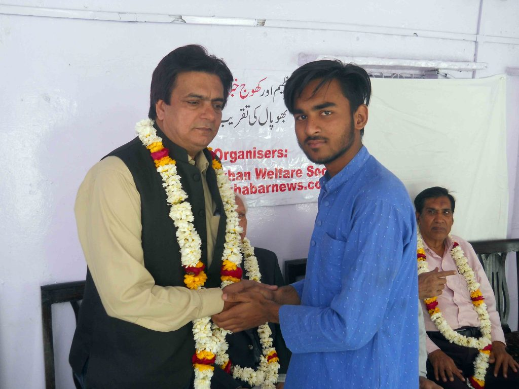Tahir Taraash being garlanded by Sheeraz Ali